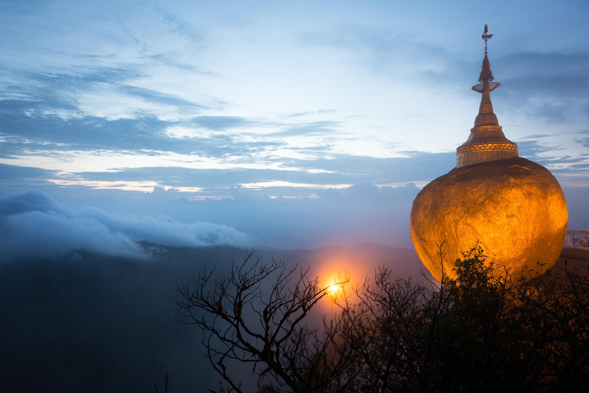 der Goldene Fels - gehalten allein von einem Haar Buddhas