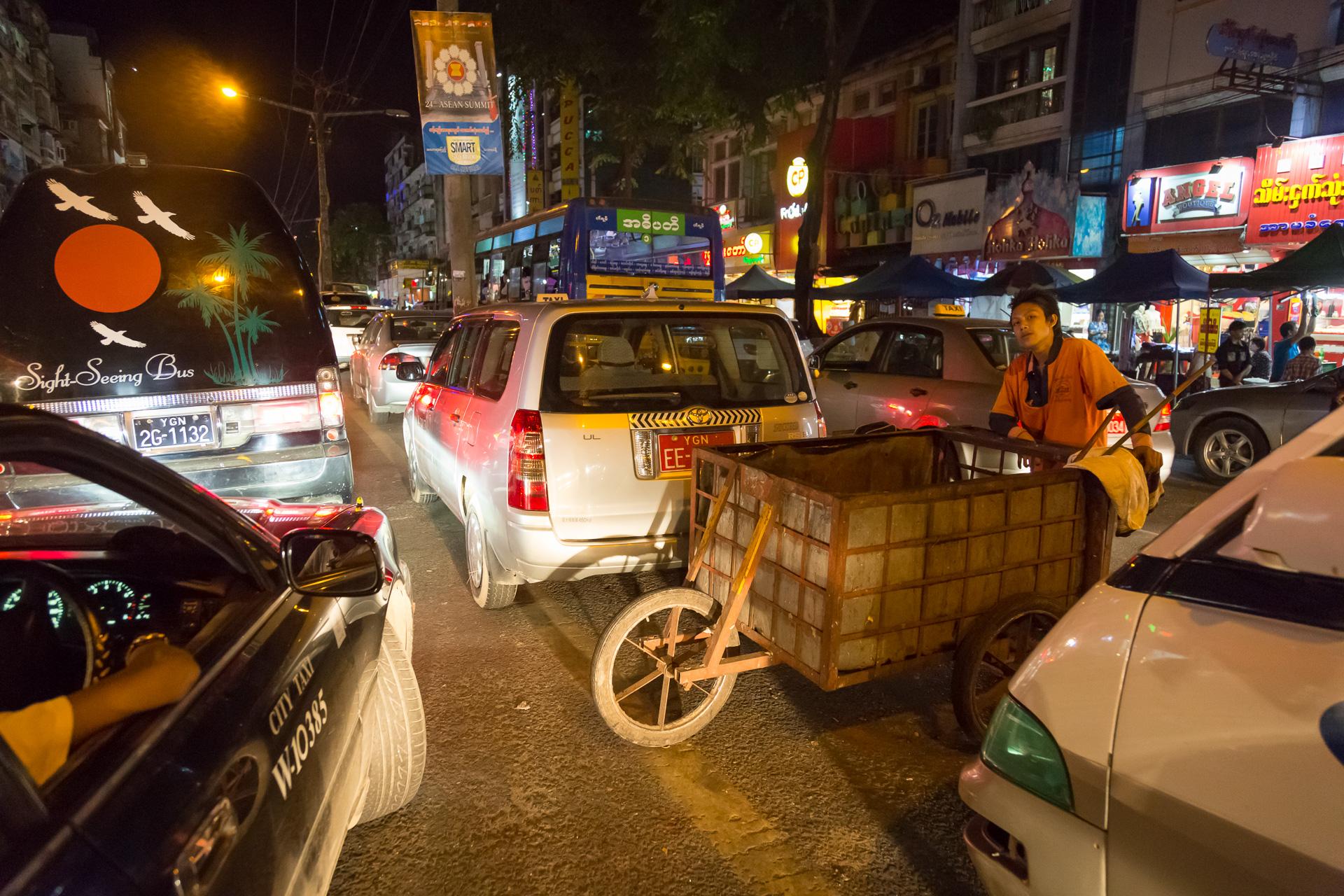 nächtliches Treiben in Yangon