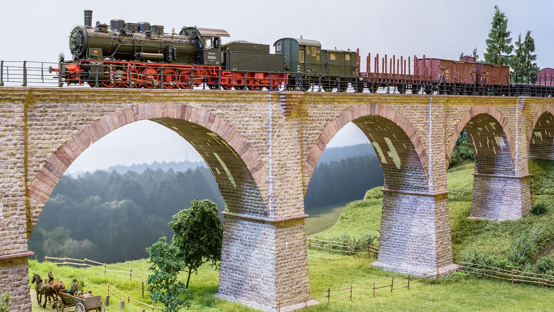 BRAWA hatte ein Brückendiorama mitgebracht, darauf die neue Baureihe 57.10