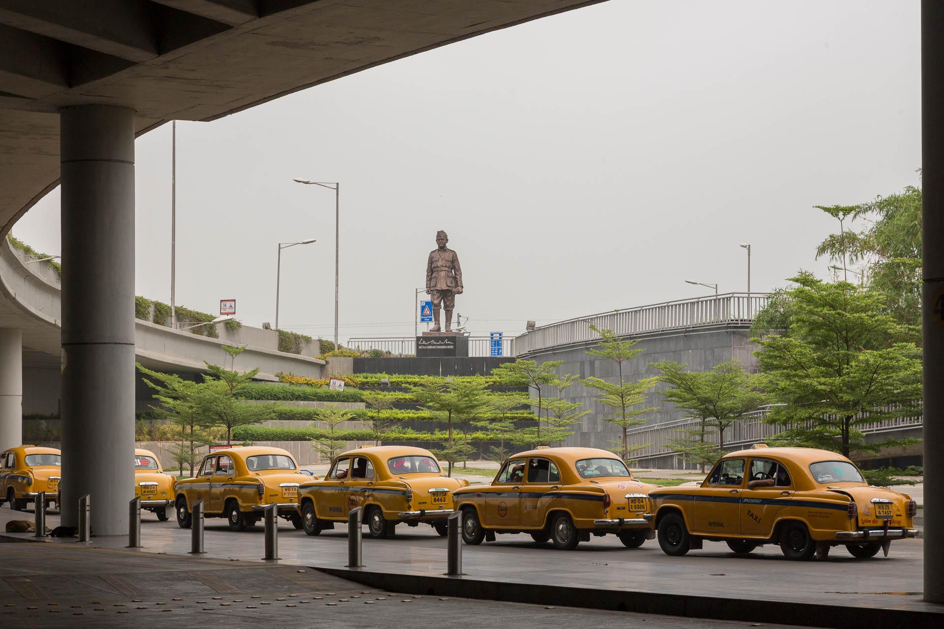 Kolkata Airport - kleine Gelbe begrüssen uns