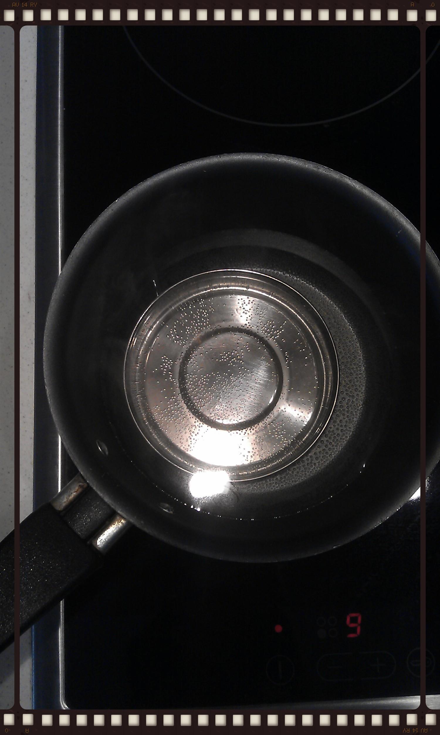 Βράζουμε το νέρο στο κατσαρολάκι με το καπάκι μέσα.