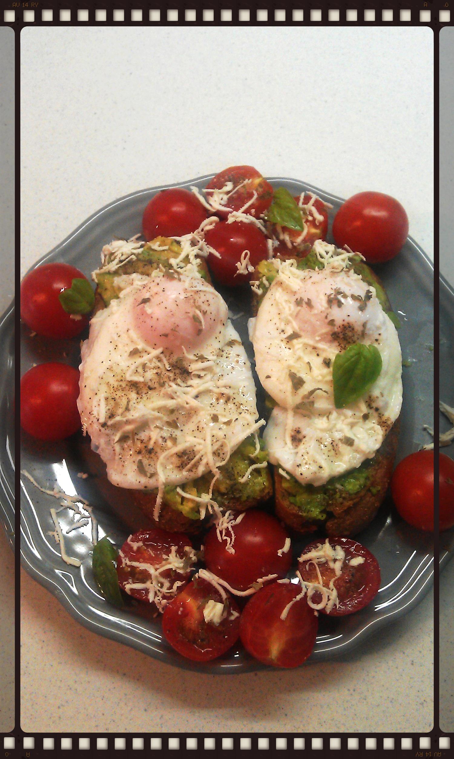 Προσθέτουμε το αβγό, αλάτι, πιπέρι, τα μυρωδικά και γαρίρουμε με ντοματίνια και τριμμένη φέτα.