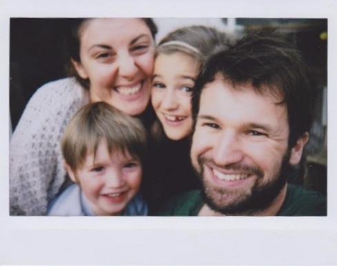 Fiche signalétique : Julien M. (à droite), gaucher pas contrariant. Aimant les selfies familiaux, surtout au Polaroïd...