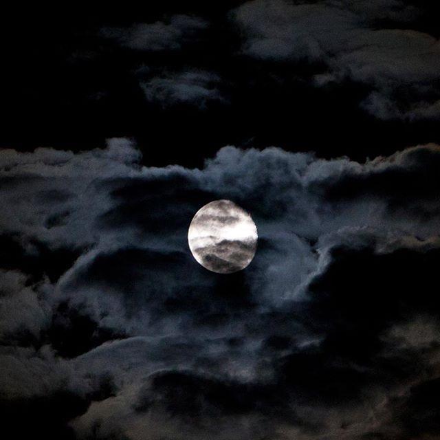 Mooooon... #moon #night #nightsky #sky #clouds #nature