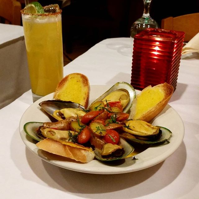 You don't like mussels? Well you just haven't been to Las Palmas  #WickerPark#Chicago#Windycity#Mussels#MixedDrinks#beguette#tomatoes#potatoes