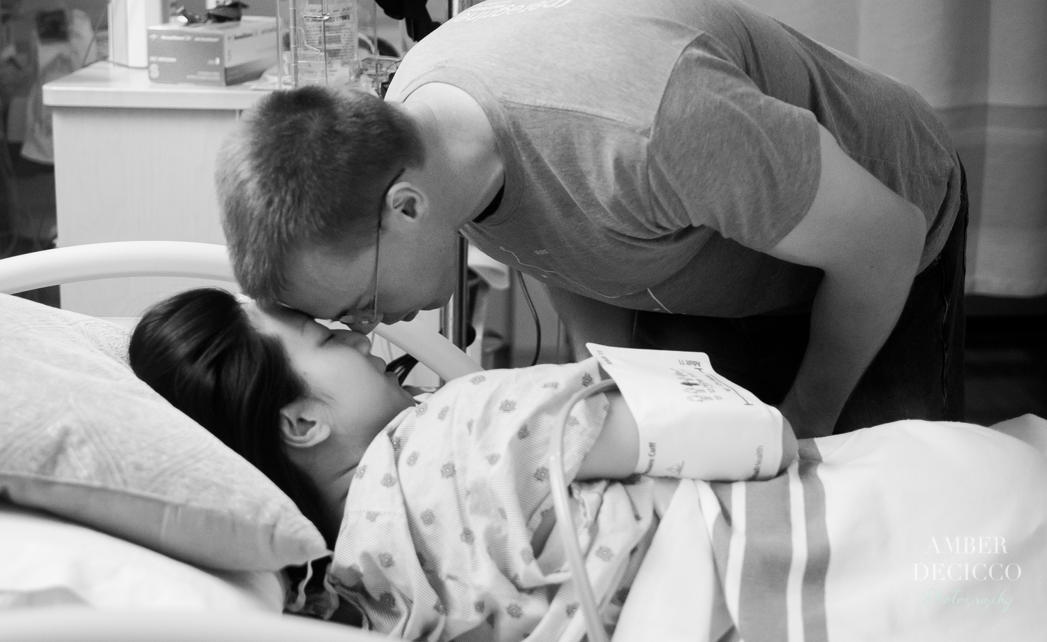 Dad comforts his wife during labor | Birth Photography ©Amber DeCicco Photography