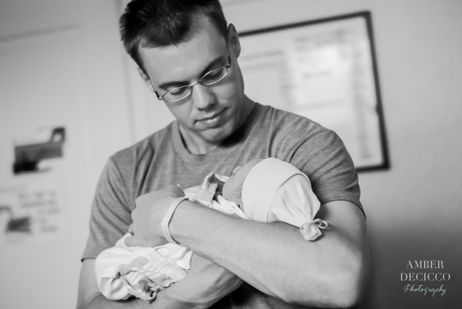 Dad holds his newborn | Birth Photography ©Amber DeCicco Photography