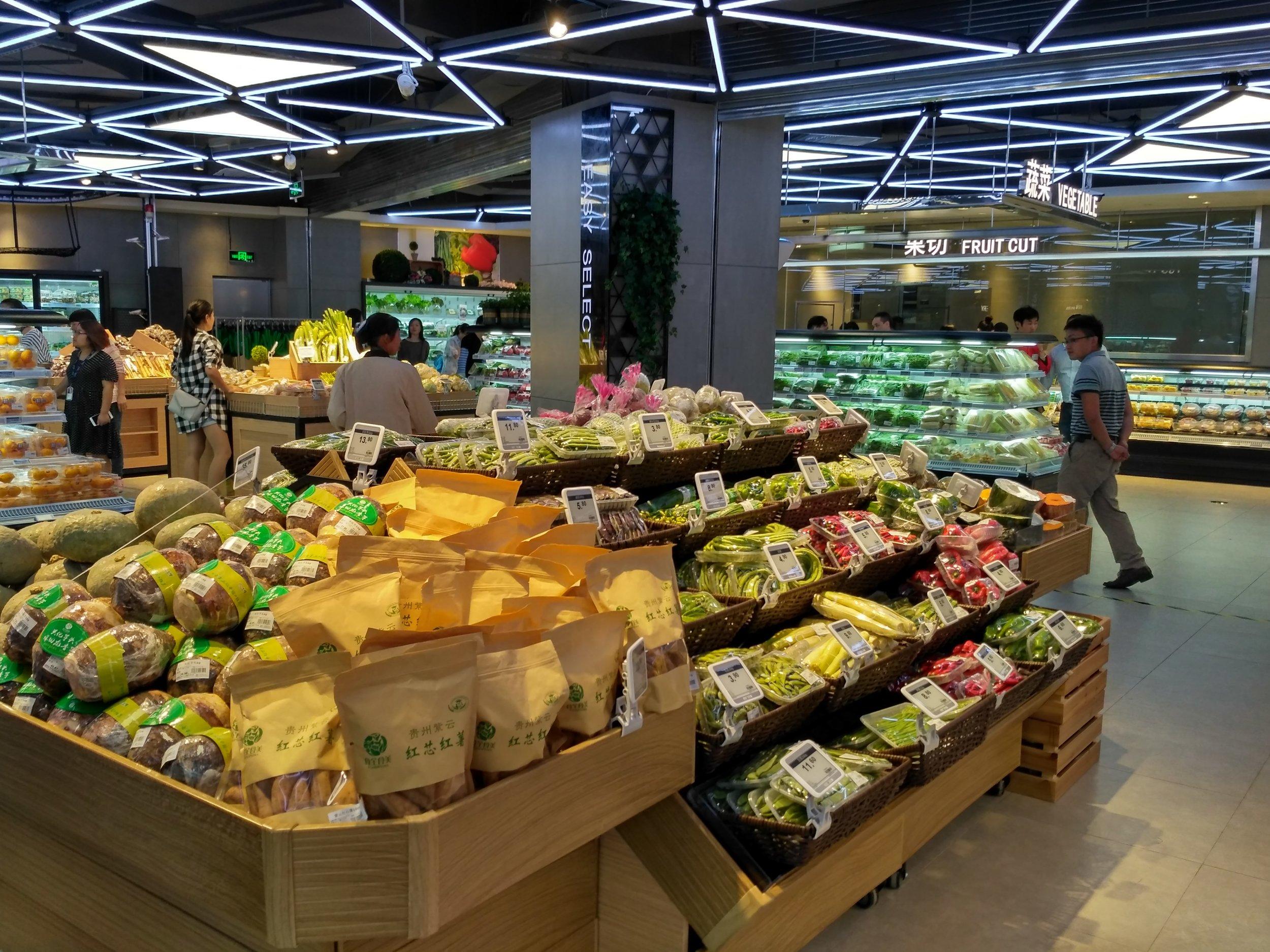 Fresh vegetable section of a supermarket using esLabels digital pricing solution