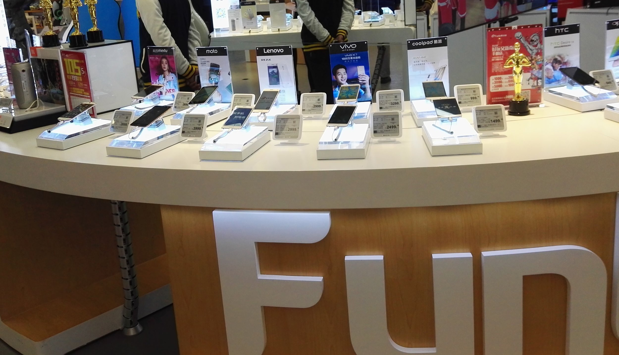 Phone display stand in an electronics store with esLabels ESLs