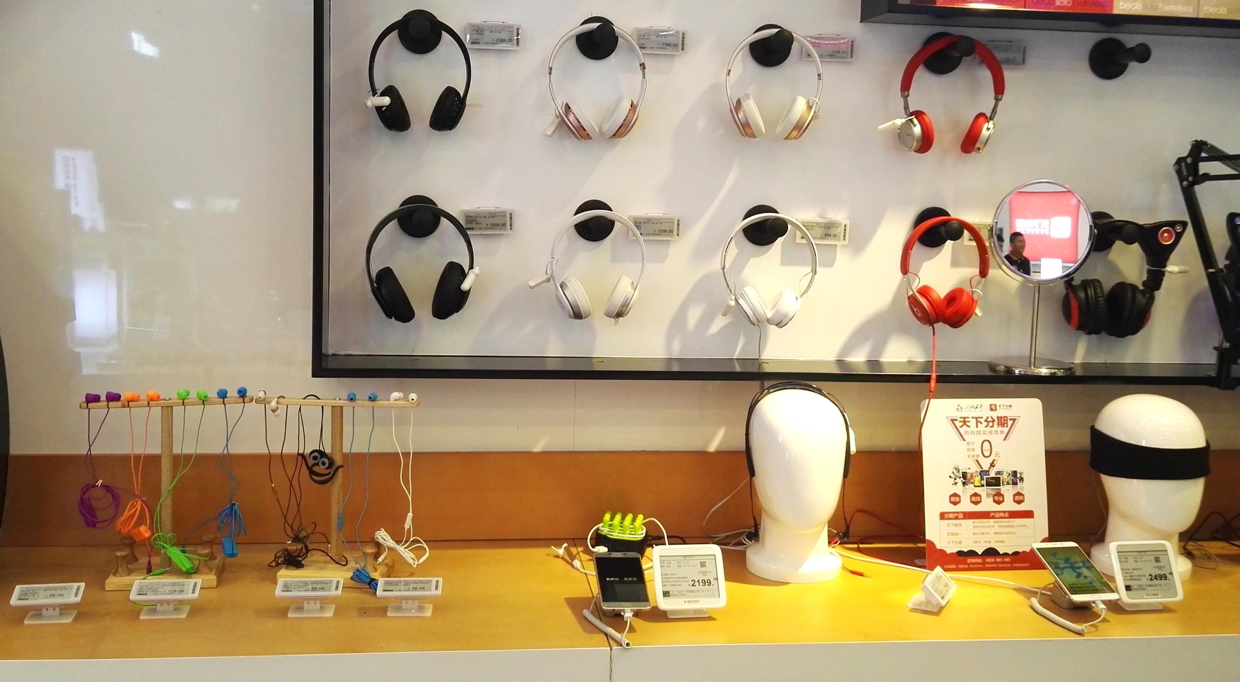 Headphones wall display with ESLs - digital price solution