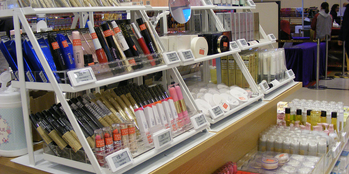 Cosmetics department utilising digital price tags