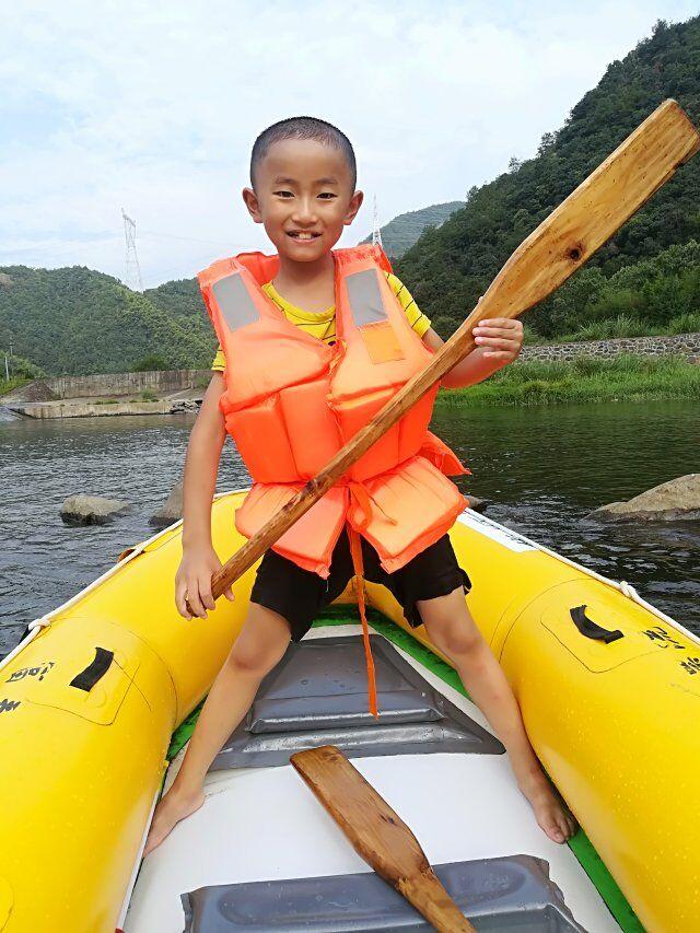 徐志东:大家好,我叫徐志东,今年十岁。我是一个活泼可爱的小男孩,我善常跑步、骑自行车、画画……我的梦想是成为一名聪明的冒险家,因为我想看看世界!有好奇心的小朋友就跟我交朋友吧!  Xu Zhidong: Hello everyone, my name is Xu Zhidong, I turn ten years old this year. I am a lovely lively cute little boy. I am good at running, riding a bike, painting and drawing ... My dream is to become a wise adventurer because I want to see the world! Curious children, come make friends with me!