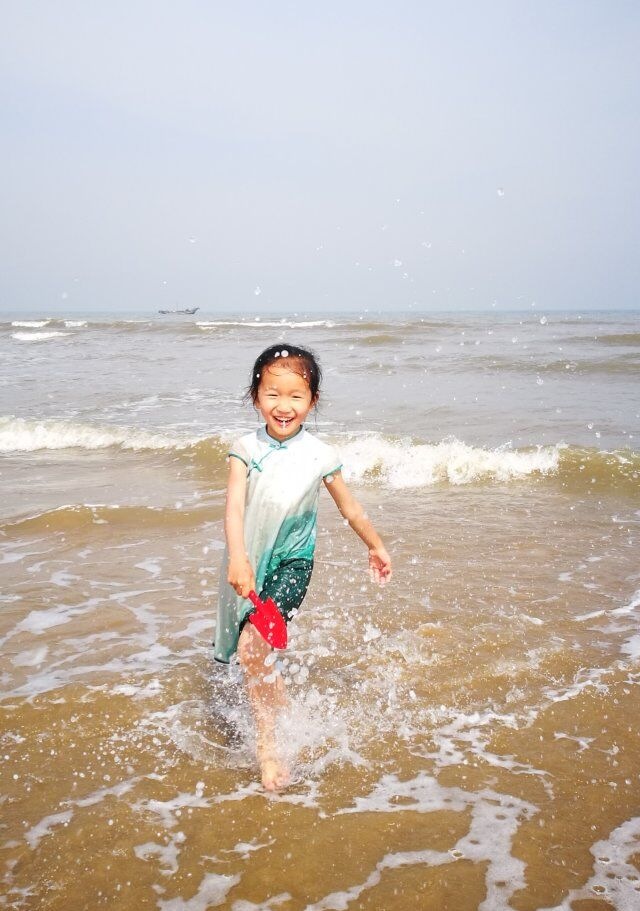 顾一川:大家好,我叫顾一川,今年九岁。我是一个活泼开朗的女孩,一眼望去最小巧可爱的那个就是我。我喜欢看书、画画、做手工……,其中做科学小实验是我的最爱,我希望长大后做个科学家,揭开世界未解之谜。小朋友们,快来跟我做朋友吧!  Gu Yichuan: Hello everyone, my name is Gu Yichuan and I am nine years old. I am a lively little cute girl. I like to read books, draw pictures and do things with my hands. Amongst them, doing scientific experiments is my favorite. I hope to grow up to be a scientist and discover the mysteries of the world. Kids, come and be friends with me!