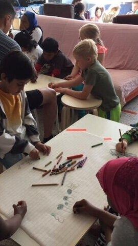¡Los niños de 6 años de Espoo, Finlandia, se encuentran por primera vez con sus amigos de Helsinki, Finlandia! Hicimos arte juntos en 2018.