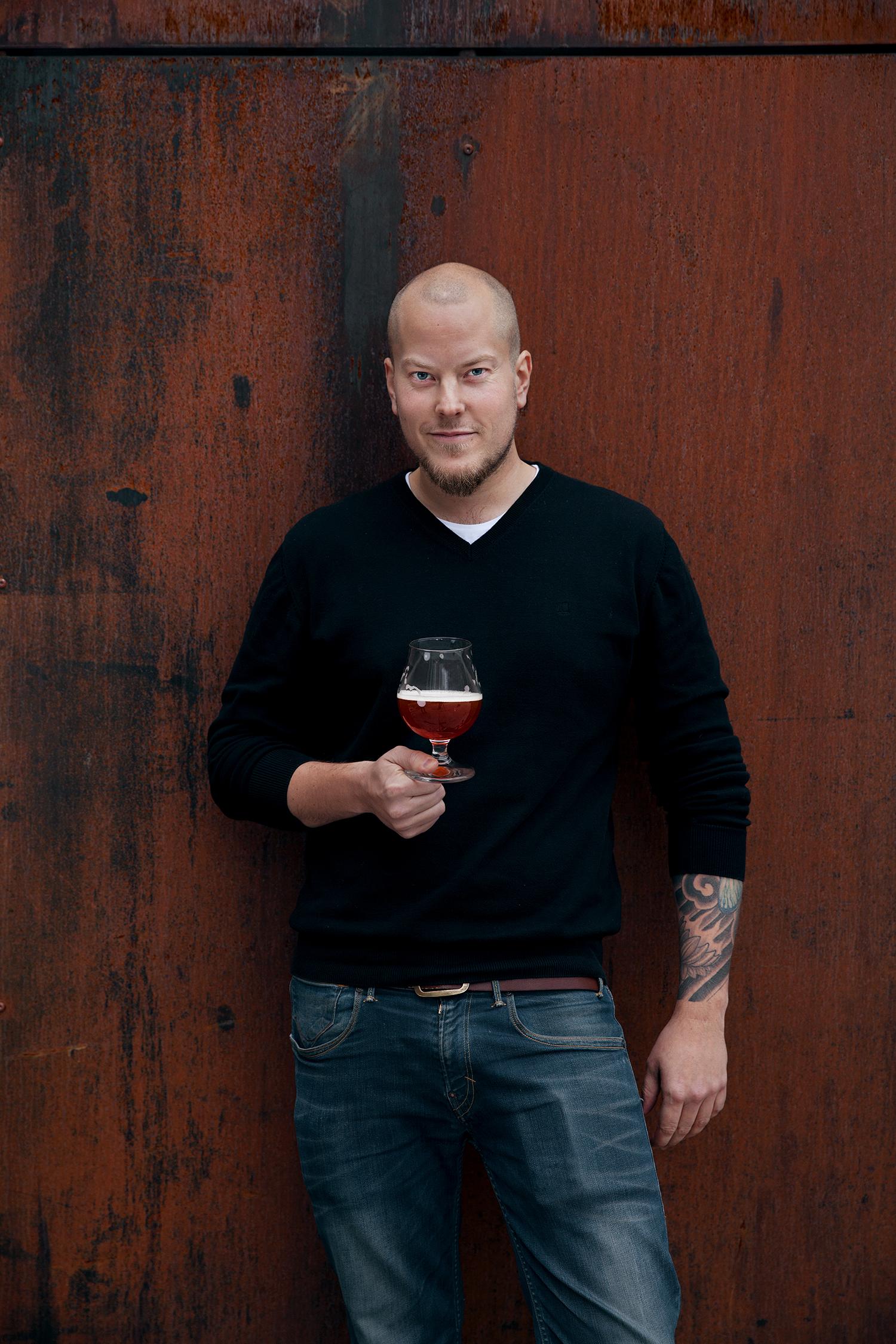Amund Polden Arnesen er Norges første ølsommelier. Han er også den ene halvparten av «SMAK SELV», som selger utstyr, holder kurs og foredrag, og lærer deg å brygge ditt eget øl.