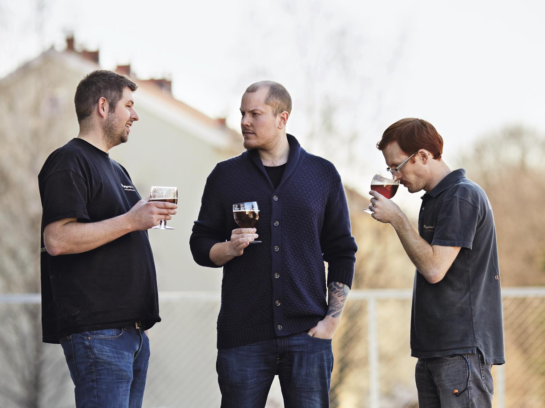 Den beste belønning du får for å brygge selv, er å kunne nyte et velykket brygg i godt selskap. Amund Polden Arnesen (i midten)  jobber hos øldistributøren Beer Enthusiast AS . Han er Norges eneste ølsommelier akkreditert fra The Institute of Brewing and Distilling i London. I januar 2013 startet han nettbasert ølkelnerutdanning. Vil du vite mer, sjekk olkelner.no.