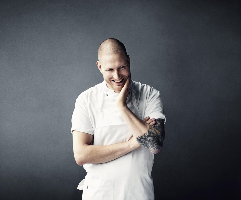 BIG BANG Esben Holmboe Bang er den innovativ unge danske kokkensom trodde på muligheten for å lage bærekraftig gourmetmat. Hans restaurant MAAEMO fikk 2 Michelinstjernr etter bare 15måneders drift. Her skaper Esben og kokketeamet hansfantastiskesmaksopplevelser basert på det beste og reneste du finner av norske råvarer. En kveld hos Maaemo er, etter min mening,på nivå med å oppleve den beste livekonserten med favorittbandet ditt!Foto: Tommy Andresen for NORD