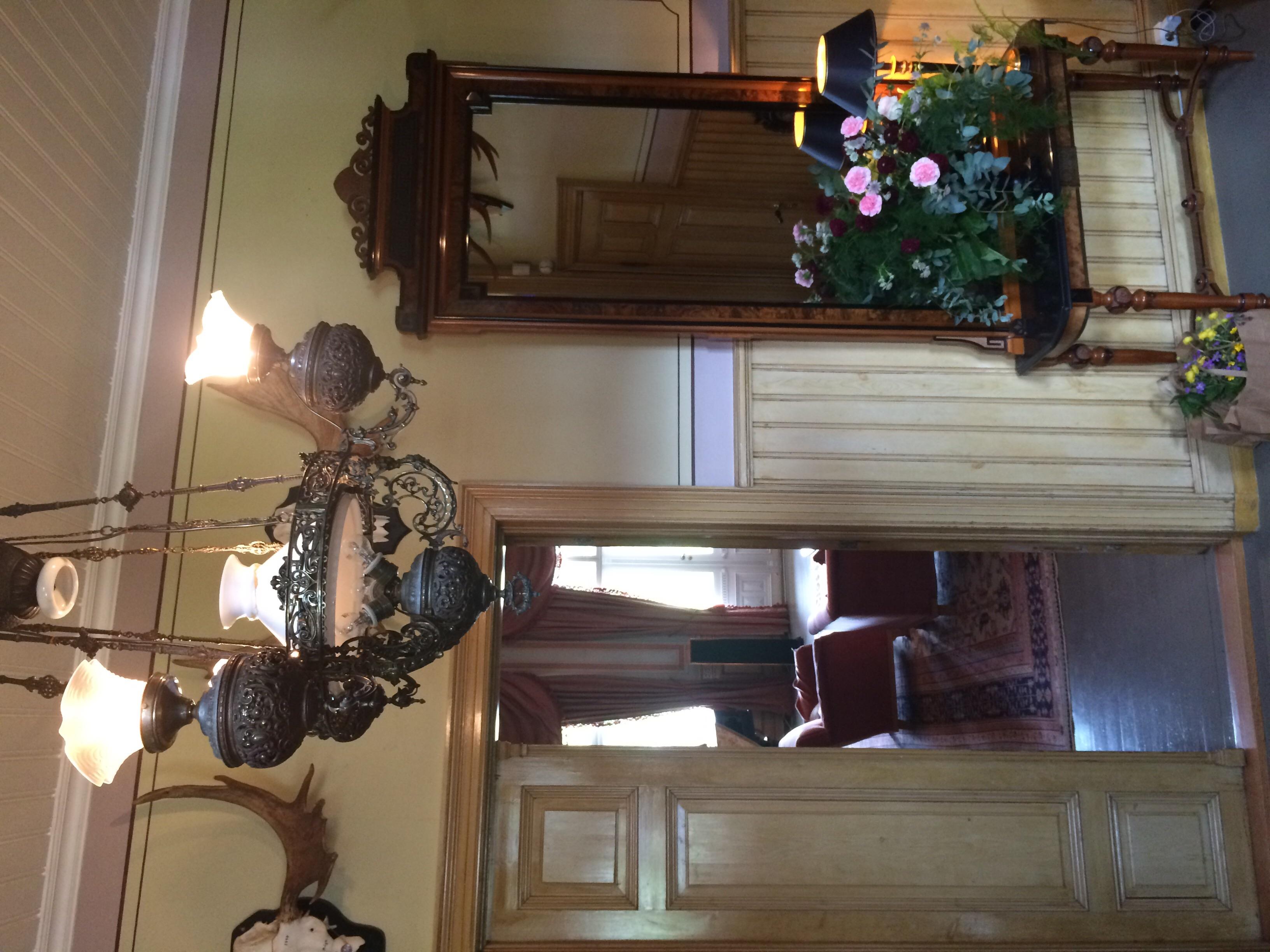 Jakttrofeer pryder mange av veggene i det gamle herskapshuset, og vasene er fylt av spiselige blomster fra den historiske hagen.