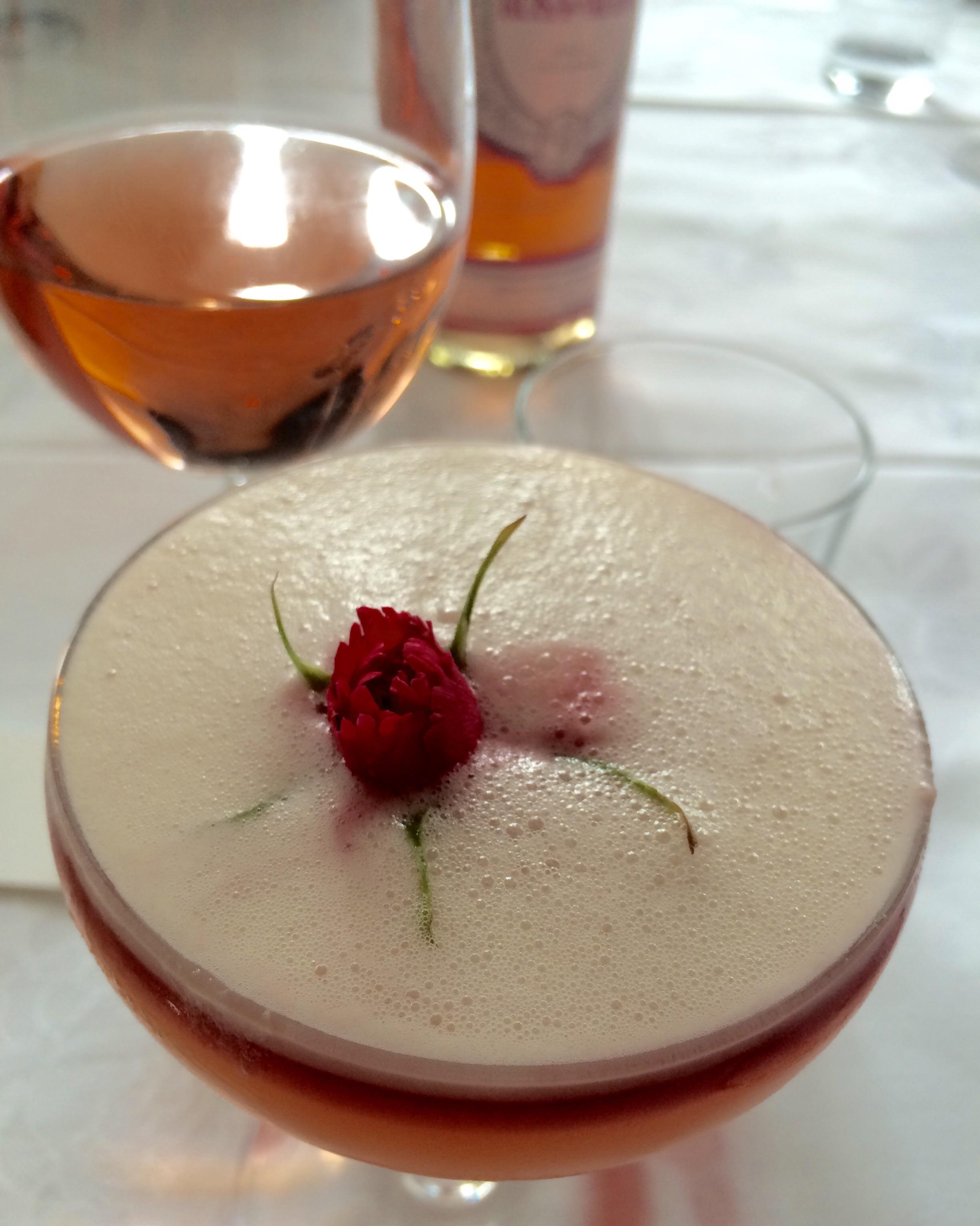 «Om forlatelse. Jeg lovet deg aldri en rosenhage», er navnet på denne alkoholfrie drinken.( Den bak eren nydelig rosévin fra Masi. )