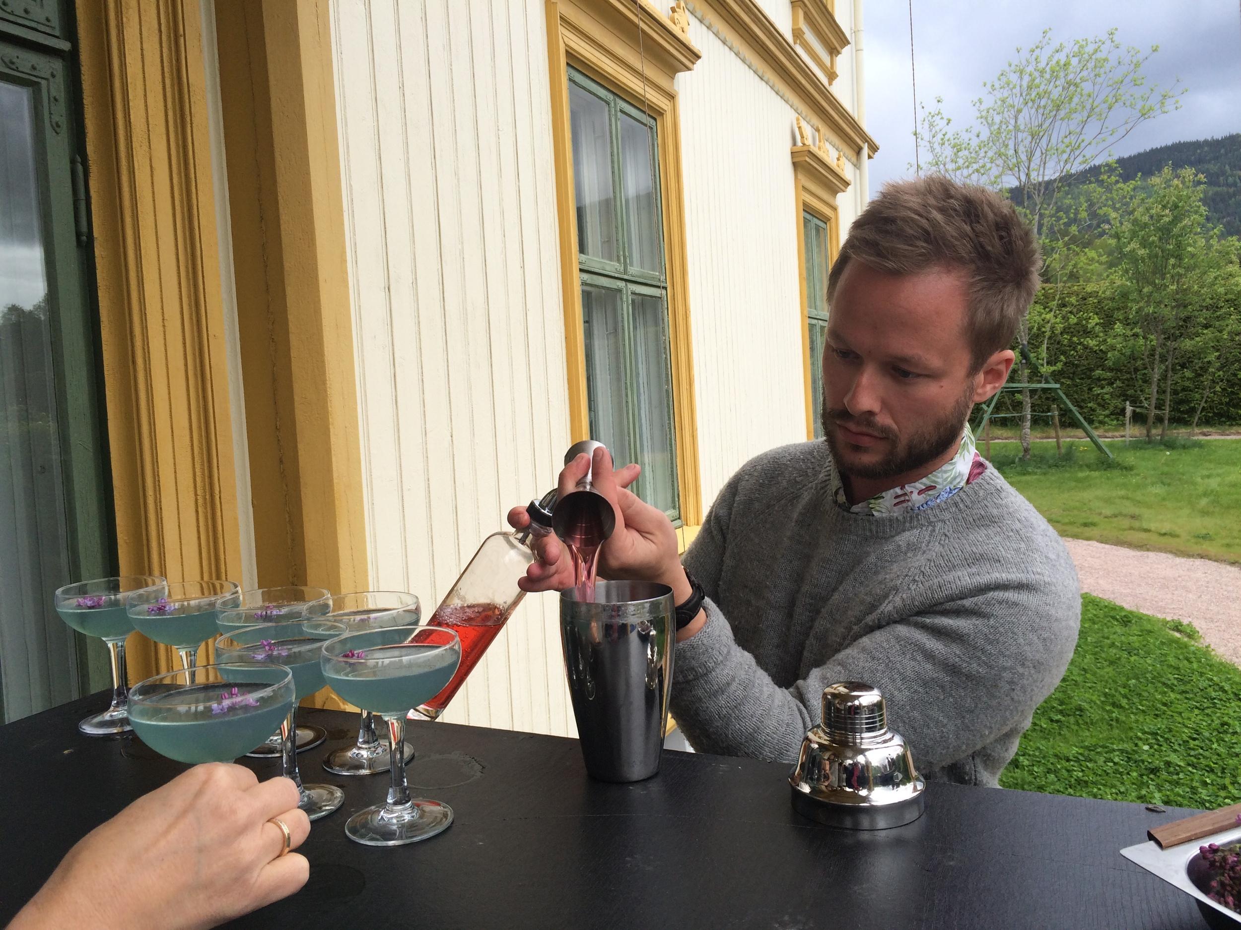 Jacob Spangenberg fra Fuglen bar har linet opp en rekke «Purple Haze»med syrininfusert gin. Akkurat her lager han en alkoholfri «R  osenhage»  .