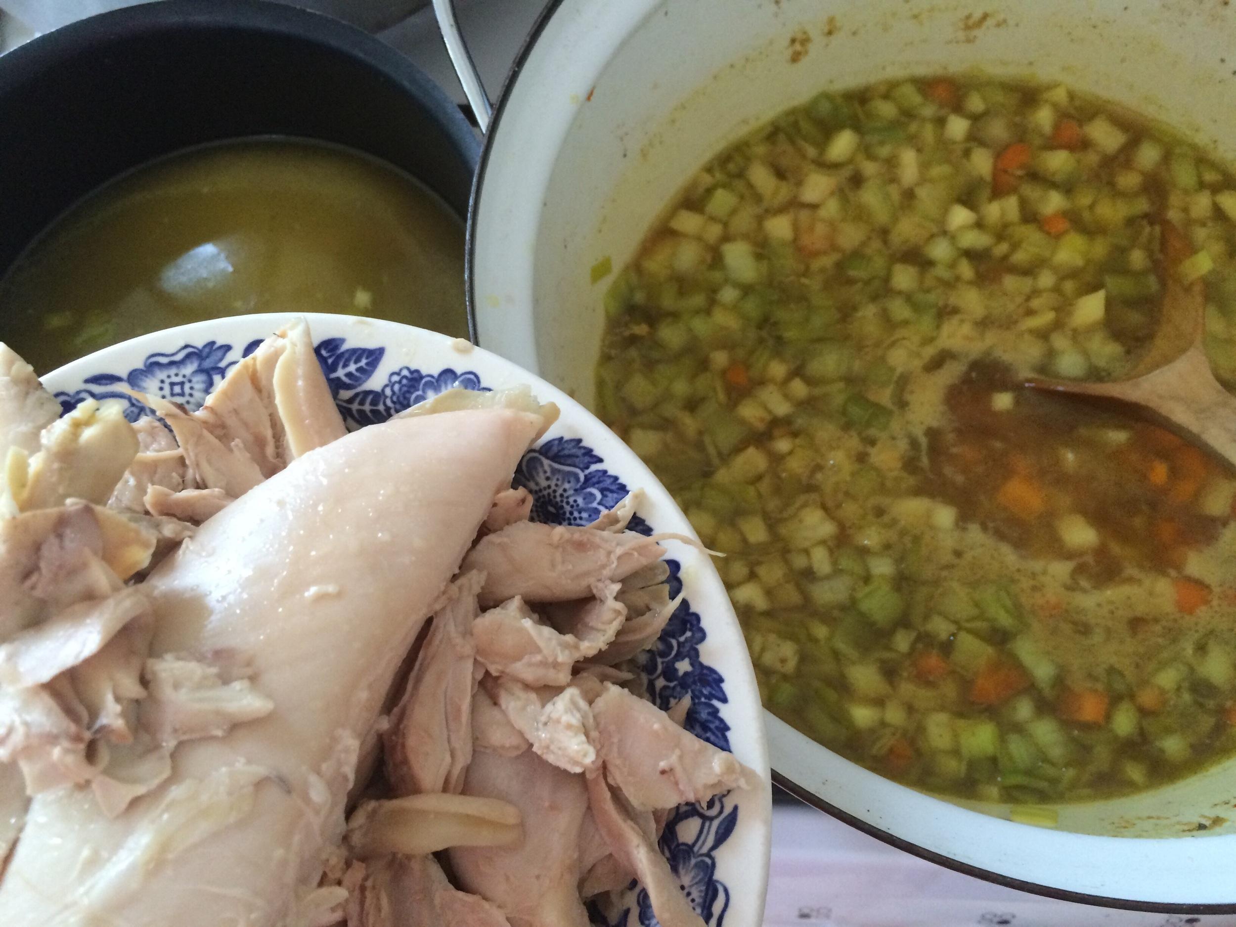 Skumme av urenheter som kommer til overflaten, og varm opp hønsekjøttet litt i suppa. Du kan velge å jevne suppa til en frikassé, eller spise den som den er.