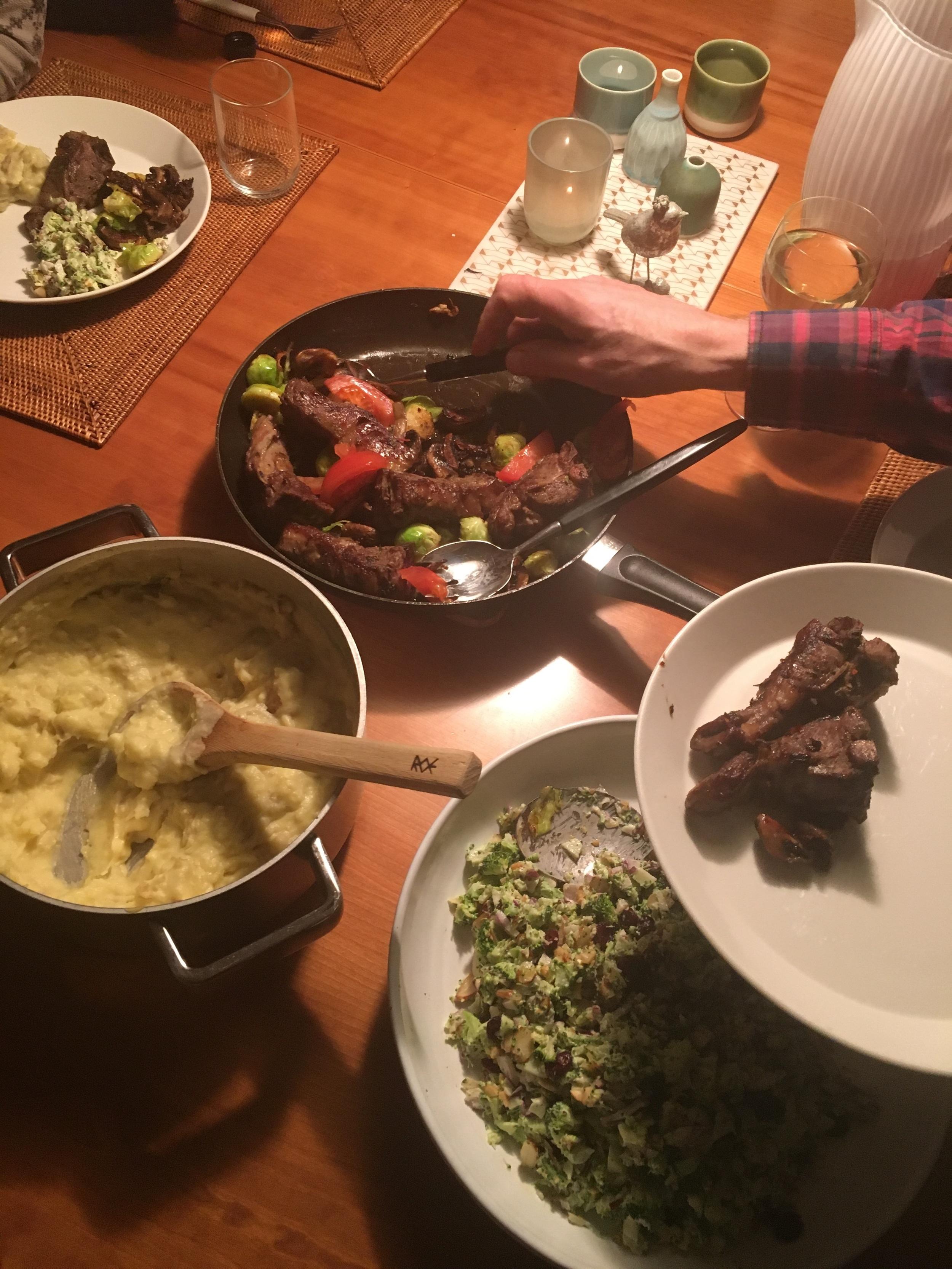 Alltid litt småkaos med forskjellige gryter og fat, stekepanner og tidvis litt ruskete serveringsbestikk. Men, så lenge maten er god... 😊