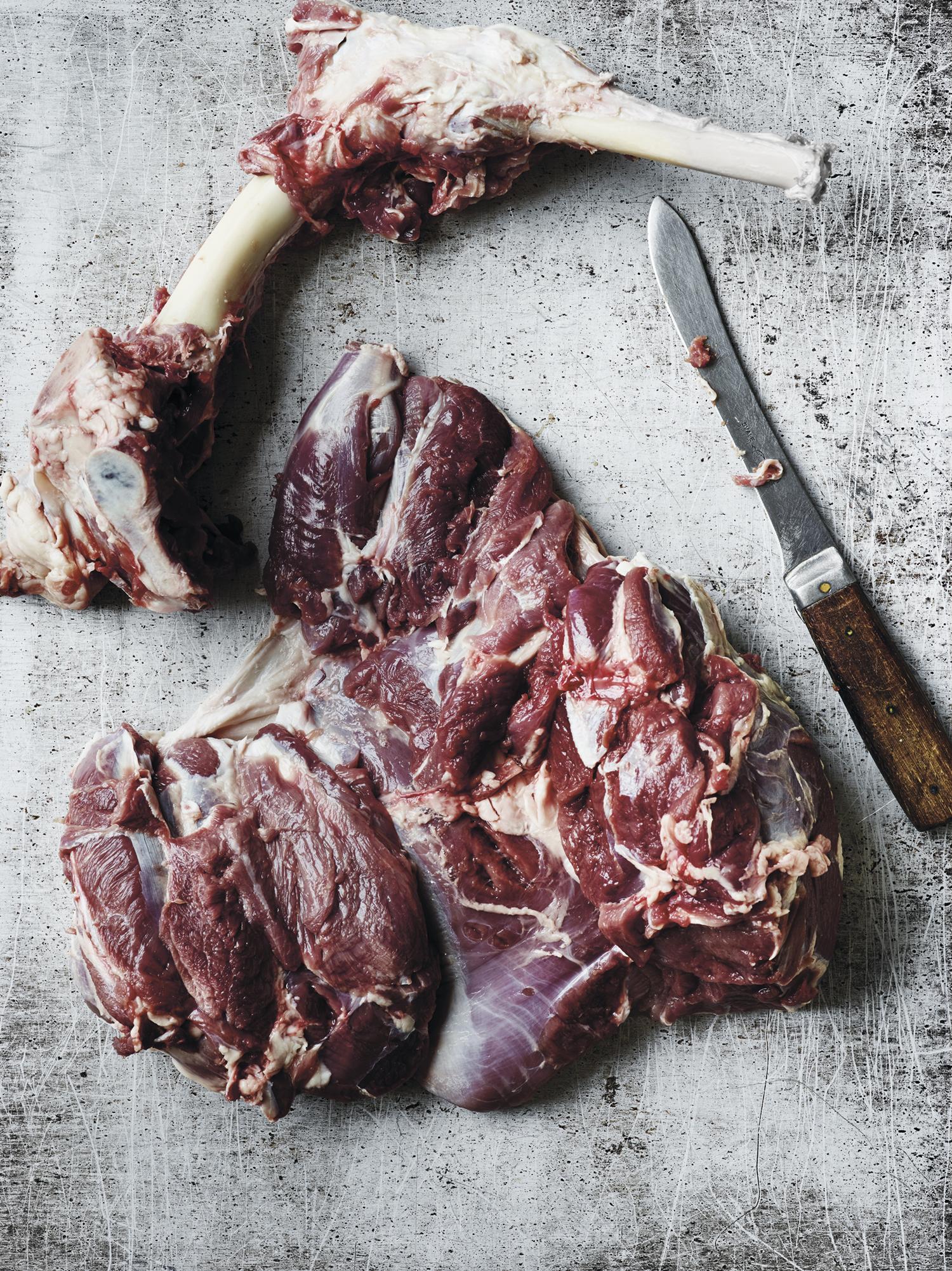 3. Når du har skåret hele veien langs beinet gjenstår det bare å frigjøre beinet fra kjøttet med fine små snitt. Pass på at du bare skjærer rundt beinet, og ikke lager dype sår i kjøttet. Ta ut beinet og bre ut kjøttet. Beinet kan du koke suppe på, og det tåler fint å bli sendt en tur i fryseren til du vil bruke det.