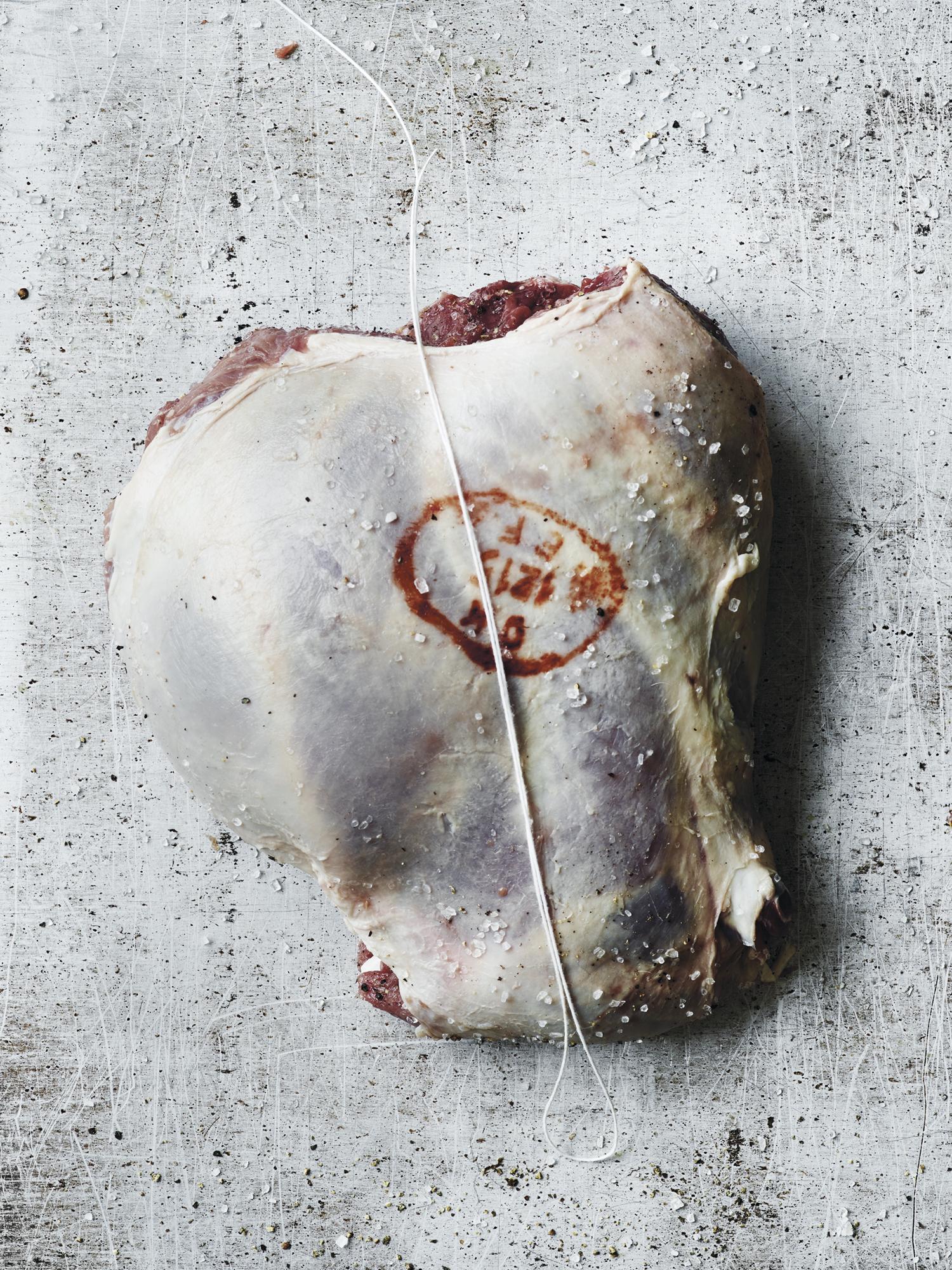 5. Fold sammen steika så den ser ut som da det var bein i den, og lag en løkke av hyssing.