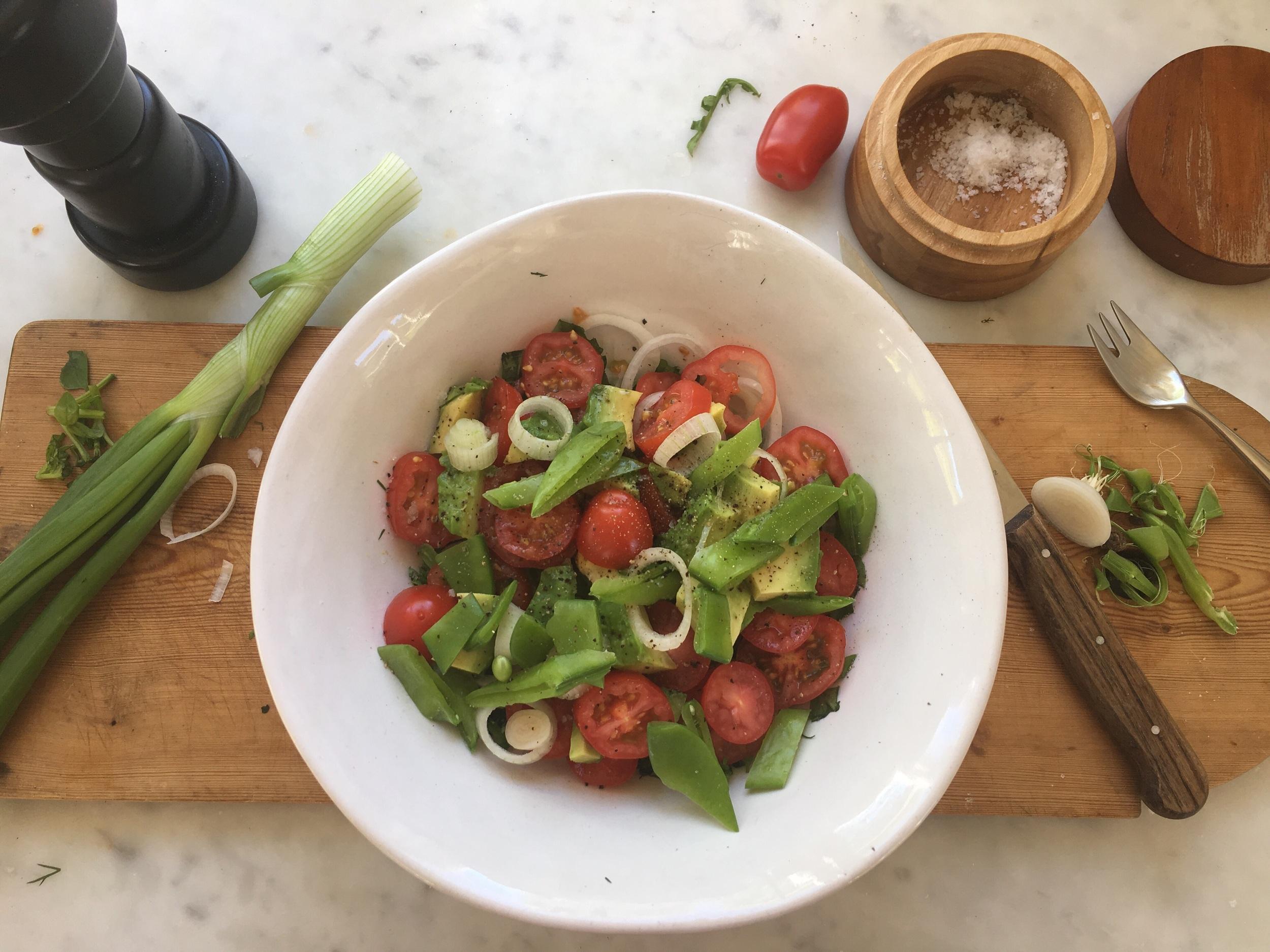 Litt fra hagen og litt fra skap og skuffer. Jeg er veldig glad i salater. Kalde eller varme, med og uten salatblader. Alt er stort sett godt sammen.