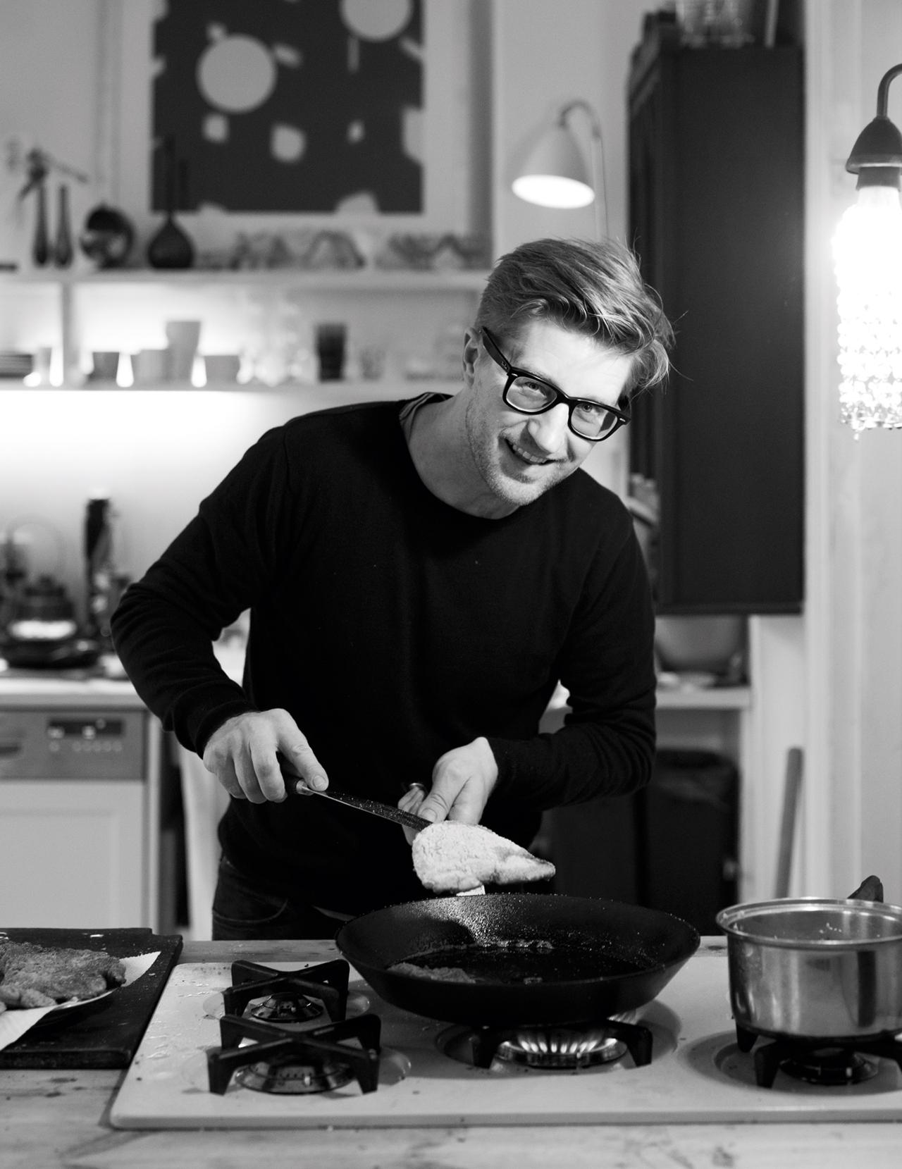 Per Asbjørn Risnes jr. liker å gjøre ting selv. Han fôrer familien til hverdag og fest med gamle klassikere, nye eksperimenter og hjemmelaget fast food. Det hender rett som det er at de liker det han lager. Frilansjournalisten og forfatteren har gitt ut flere bøker, blant annet kokeboka «Pappamat» på Garmann forlag.