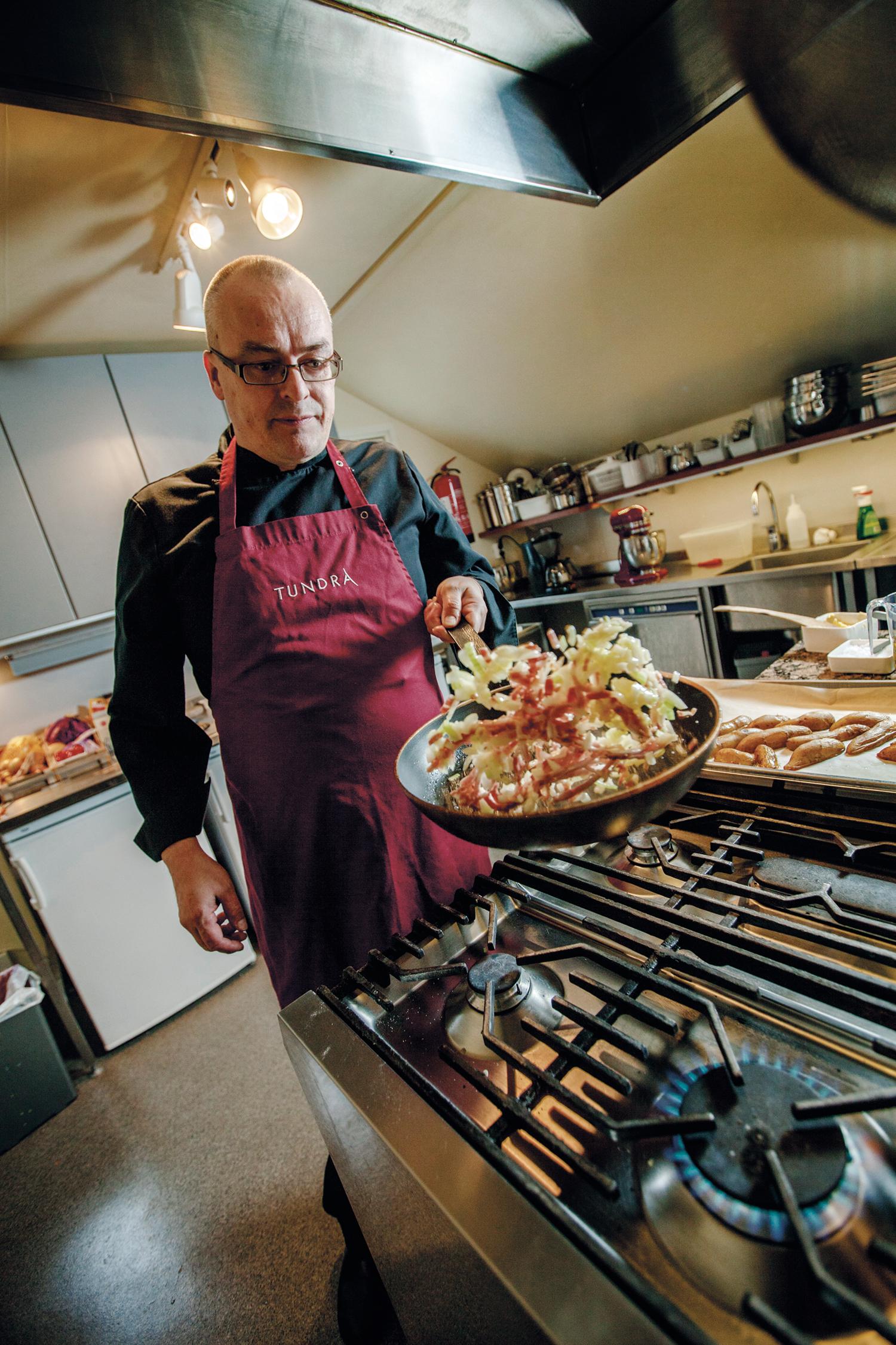Jarmo Pitkänen eksperimenterer med både fritert, stekt, kokt og syltet mujka.