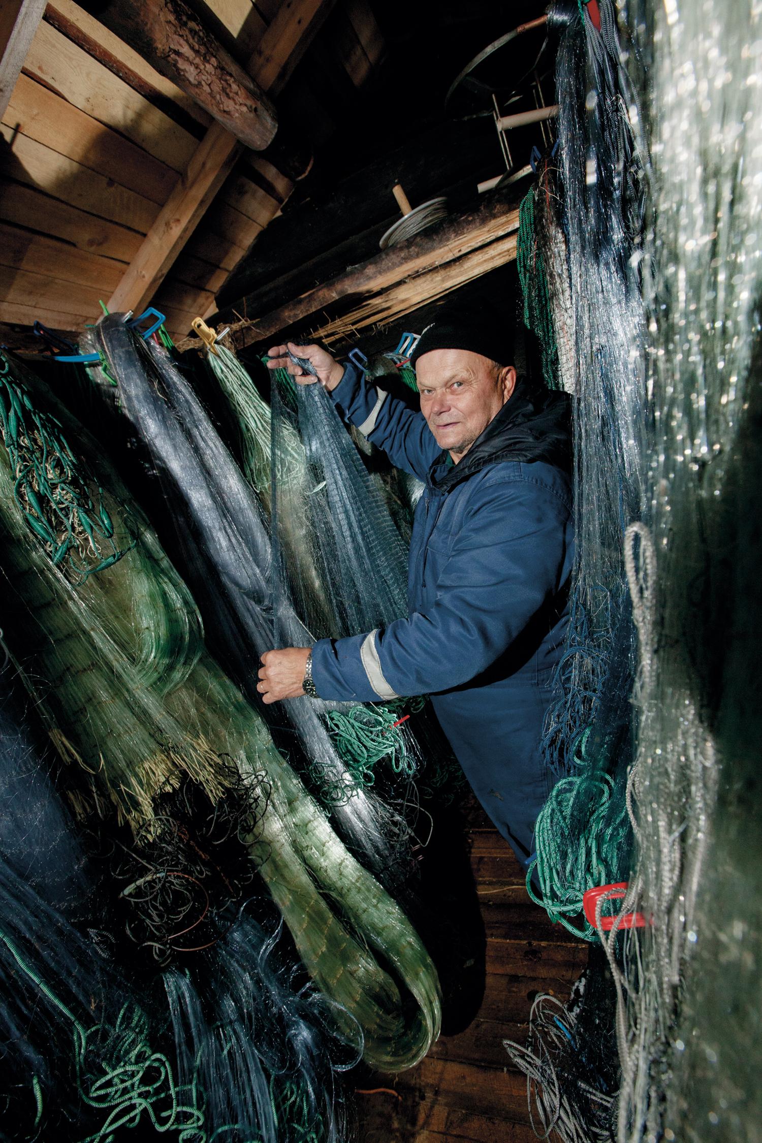 Fiskenett til lagesild skal ha en maske på 11- 18 mm, fiskenett til sik skal ha en maske på 40 mm.Esko Ahola har i alt 200 fiskenett.
