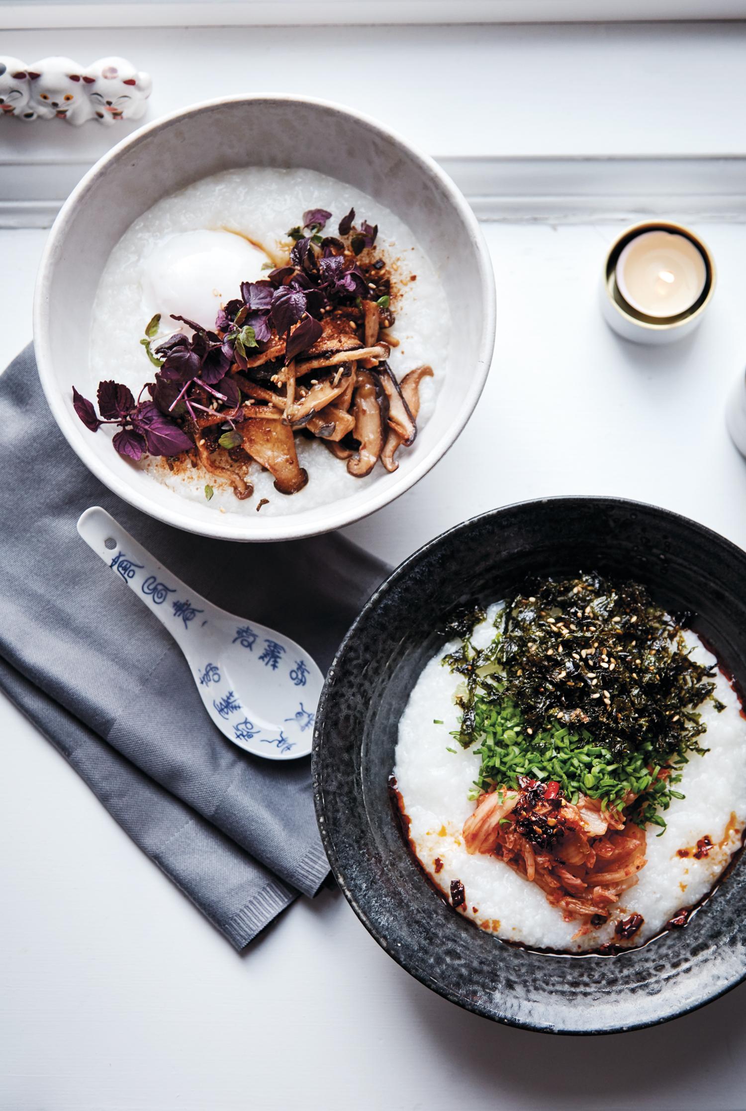 Congee med sopp, egg og shiso og Kimchi, tang og kinaløk