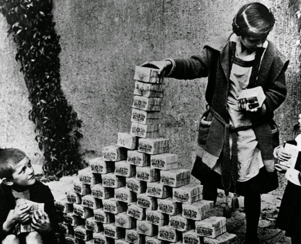 Weimar Berlin 3 Children playing with worthless money 1922.jpg
