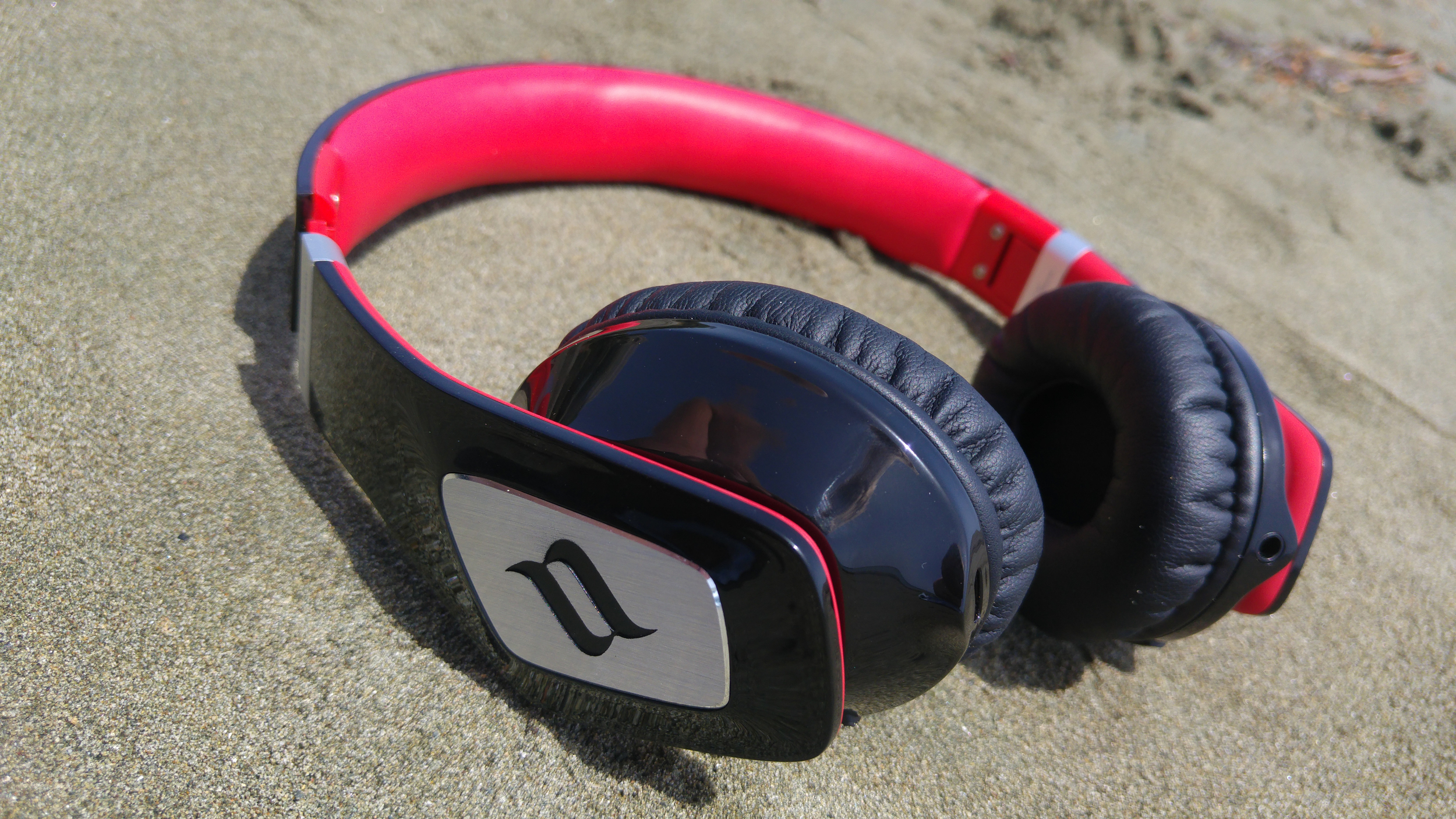 We liked the Zoro Wireless headphones in the black and red best... it just looks right.  However Noontec do offer the headphones in a range of colour options to suit your style.