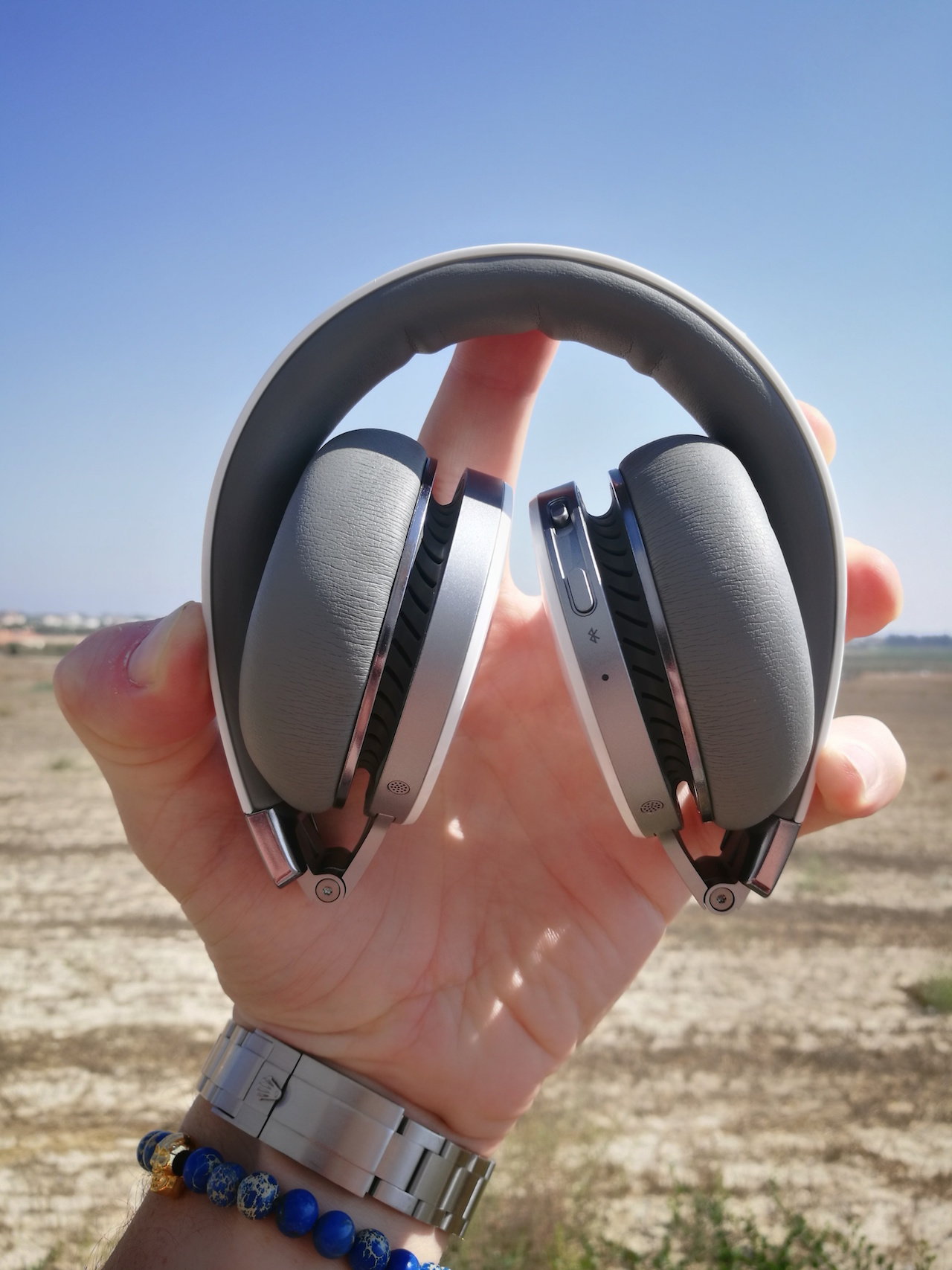 The Diva Pro folds up into an extremely small package. Great for those that use their headphones for traveling or flying.
