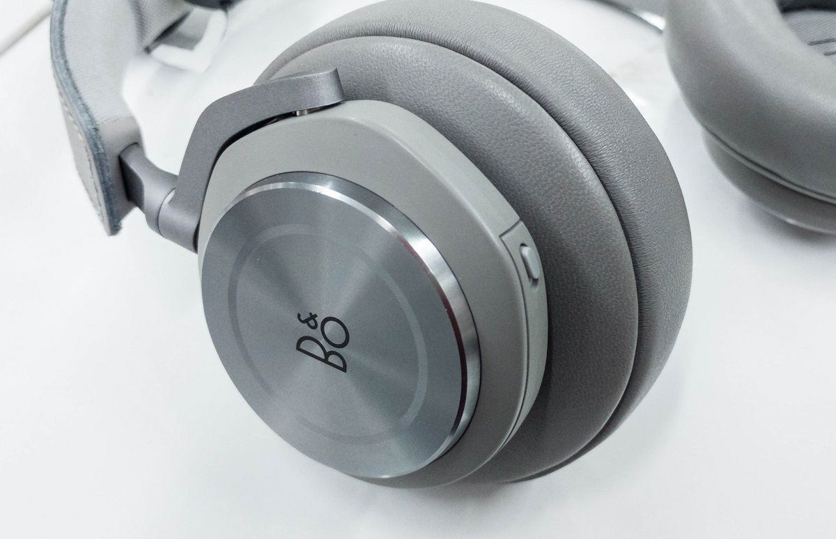Silver/Grey version of the Bang & Olufsen Beoplay H7 we had in for review.  Also available in Black and Beige colorways.