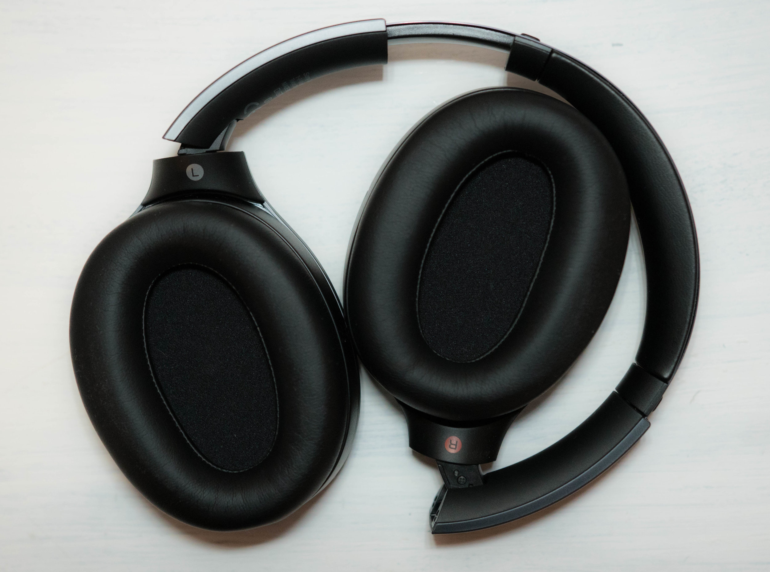 Wide and comfortable earpads - Inner view of the Sony WH-1000XM2 by Sony. We were impressed by the comfort of these portable headphones throughout our review.