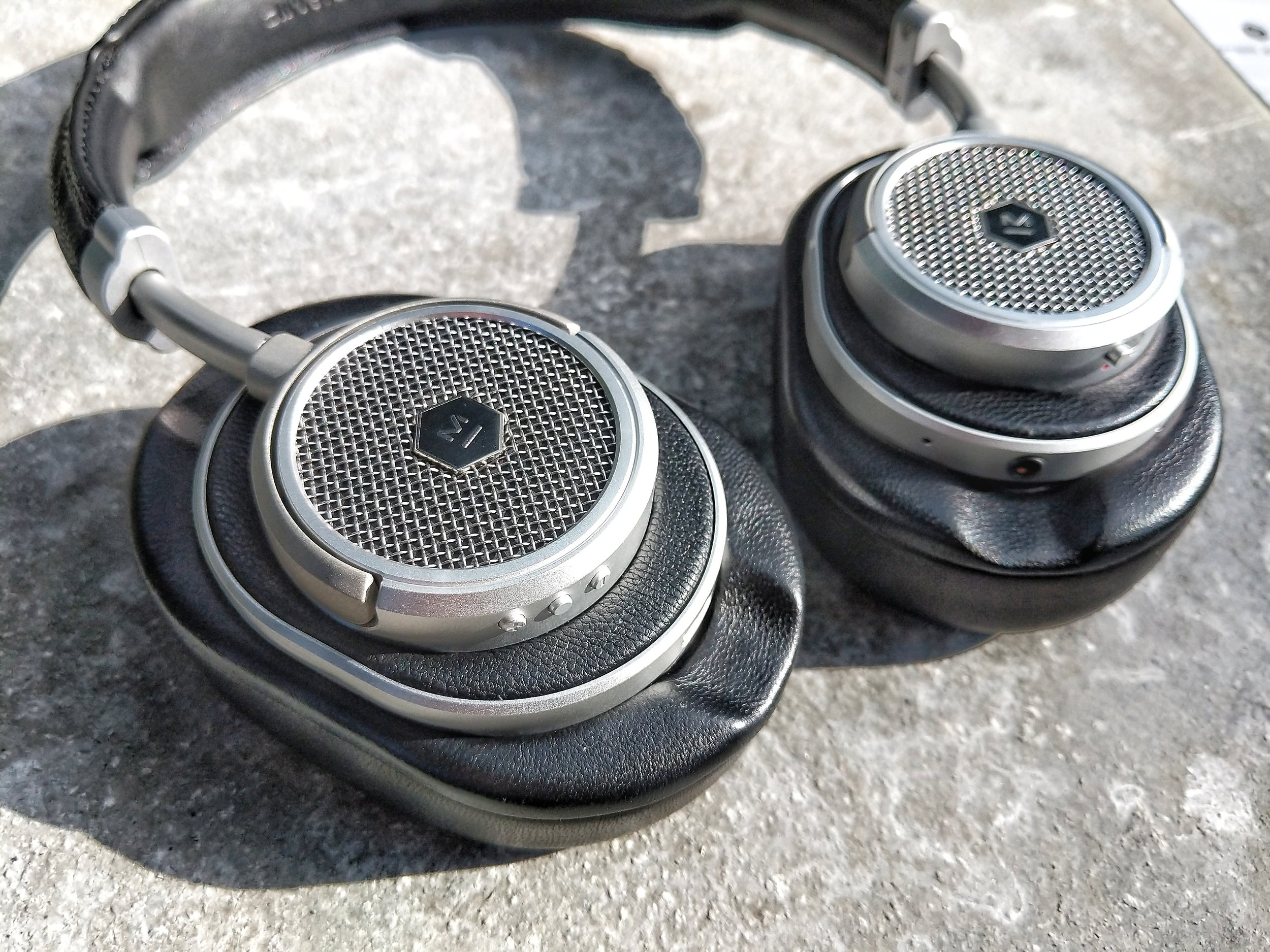 Master & Dynamic MW50 with large earpad attached.