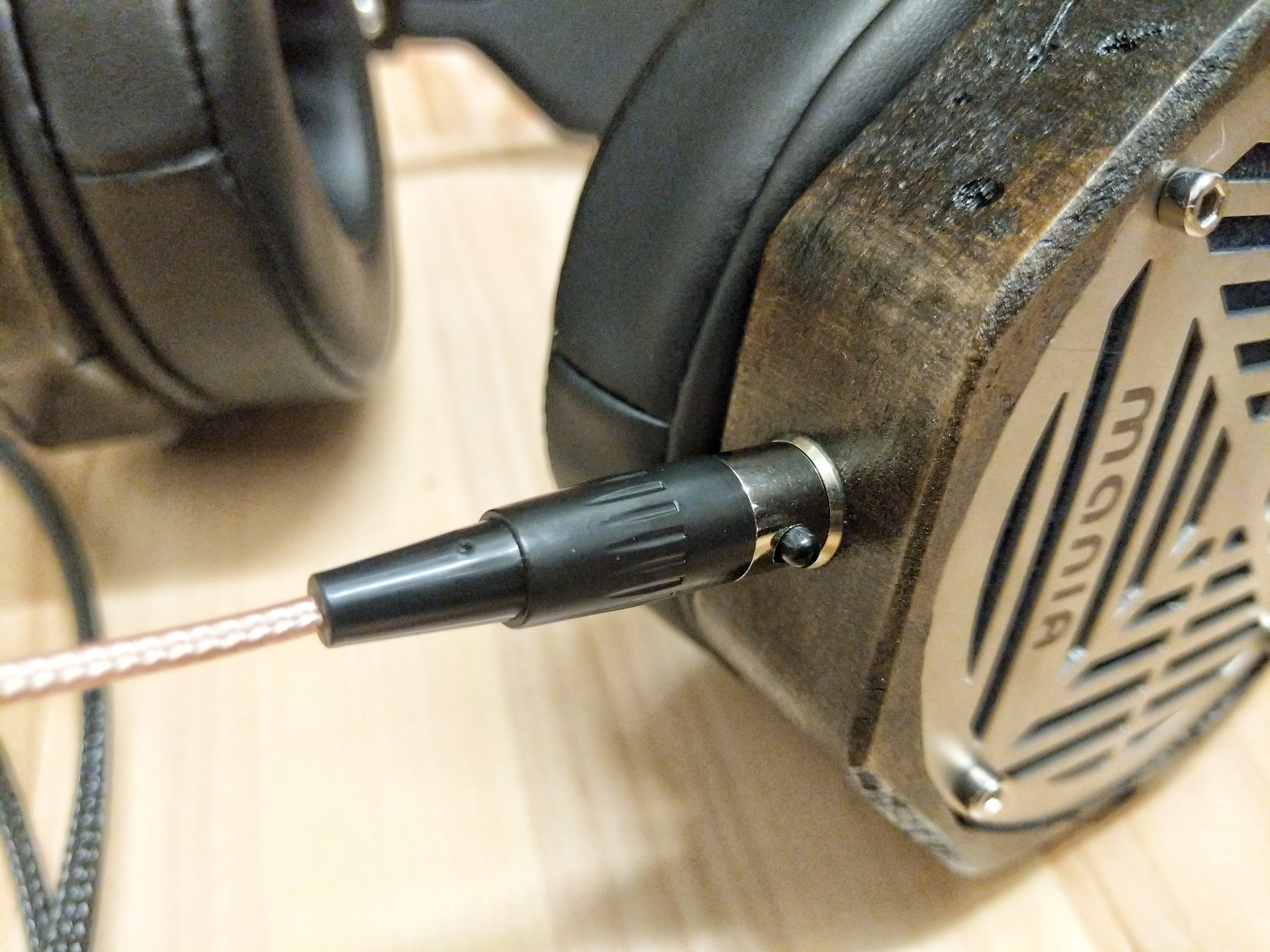 Cable connection on mania headphones by Erzetich
