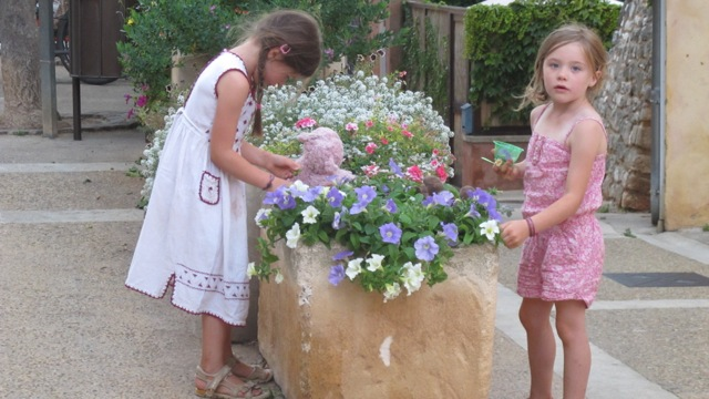 girls and flowers in Roussilllon
