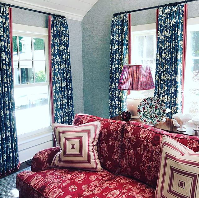 Can we get a Standing Ovation please 👏🏼👏🏼👏🏼👏🏼!! Another beautiful palette and incredible interior design by @leeannthorntondesigns  our Pomegranate Reverse in China Blue as drapes 👌🏼💙❤️ @carolinairvingtextiles