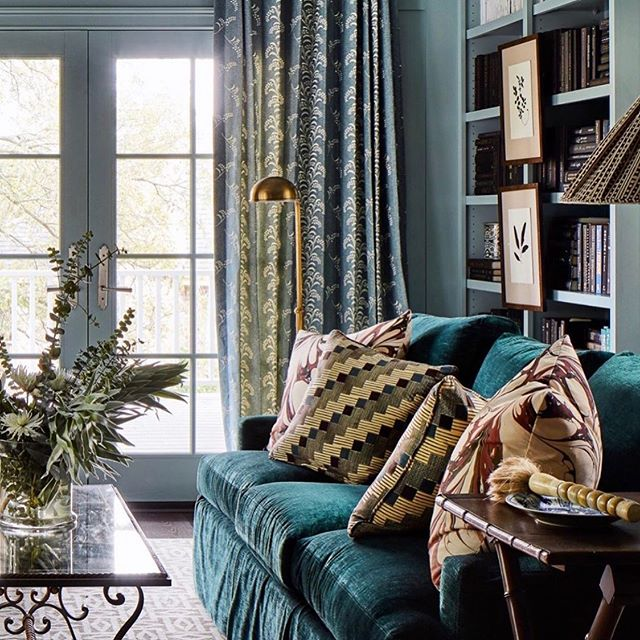 Beautiful work by a beautiful woman to start off a beautiful week.  Our Mimosa Vine in Delft as drapes in this glorious room by @meredithellis  Have a great week everyone 💙💙 @carolinairvingtextiles #mimosavine