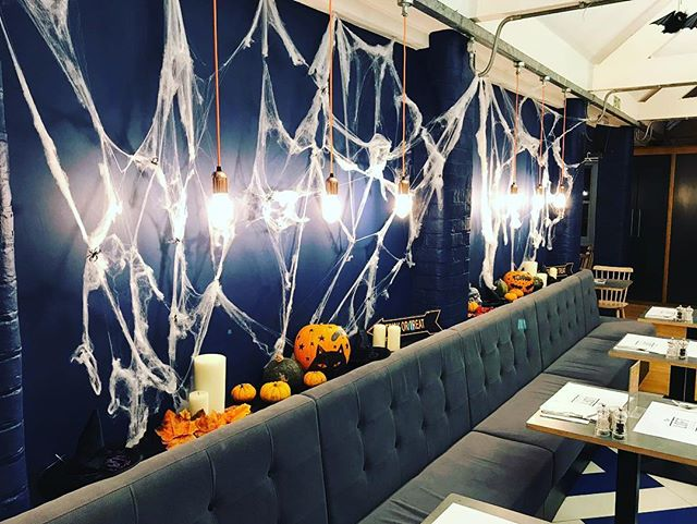 Happy half-term!! Our hair-raising Halloween themed restaurant awaits you 🎃👻🦇 with devilishly delicious dishes for kids & grownups, free activities & more!! Running until Sunday 28th... see you soon for a ghoulishly good time! 👻 #halftermishere #halfterm #halloween #cafe #restaurant #theloft #arundel #kids #family #fun #activities #sparksyard #familyrun