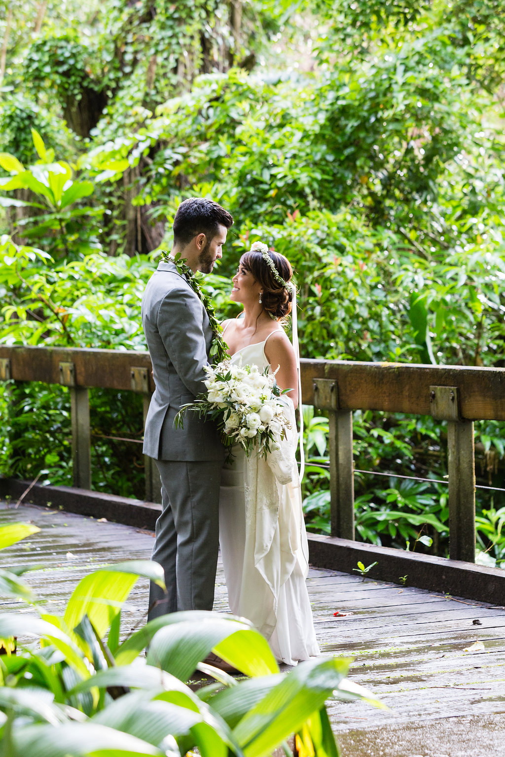 Gorgeous Wedding Photos - Hawaii Wedding Venue - The Overwhelmed Bride Wedding Blog