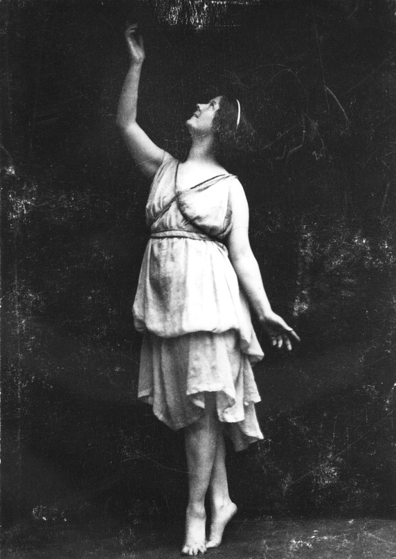 Isadora Duncan  Photographer: Hof-Atlelier Elvira