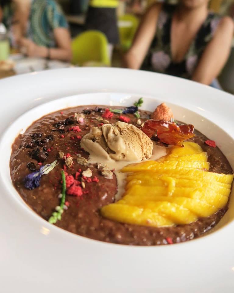 #MalagosChocolate  graces the   #SunnySideCafe  champorado.  ❤  This is dreamyyyy