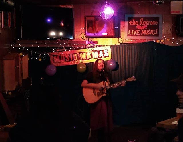 We've been a bit absent from the world of gigging — forgot that the best part is discovering new artists, like the excellent @rachelclarkmusic (and free drinks, the free drinks are pretty rad too)  Thanks for having us @musicmamas!!!