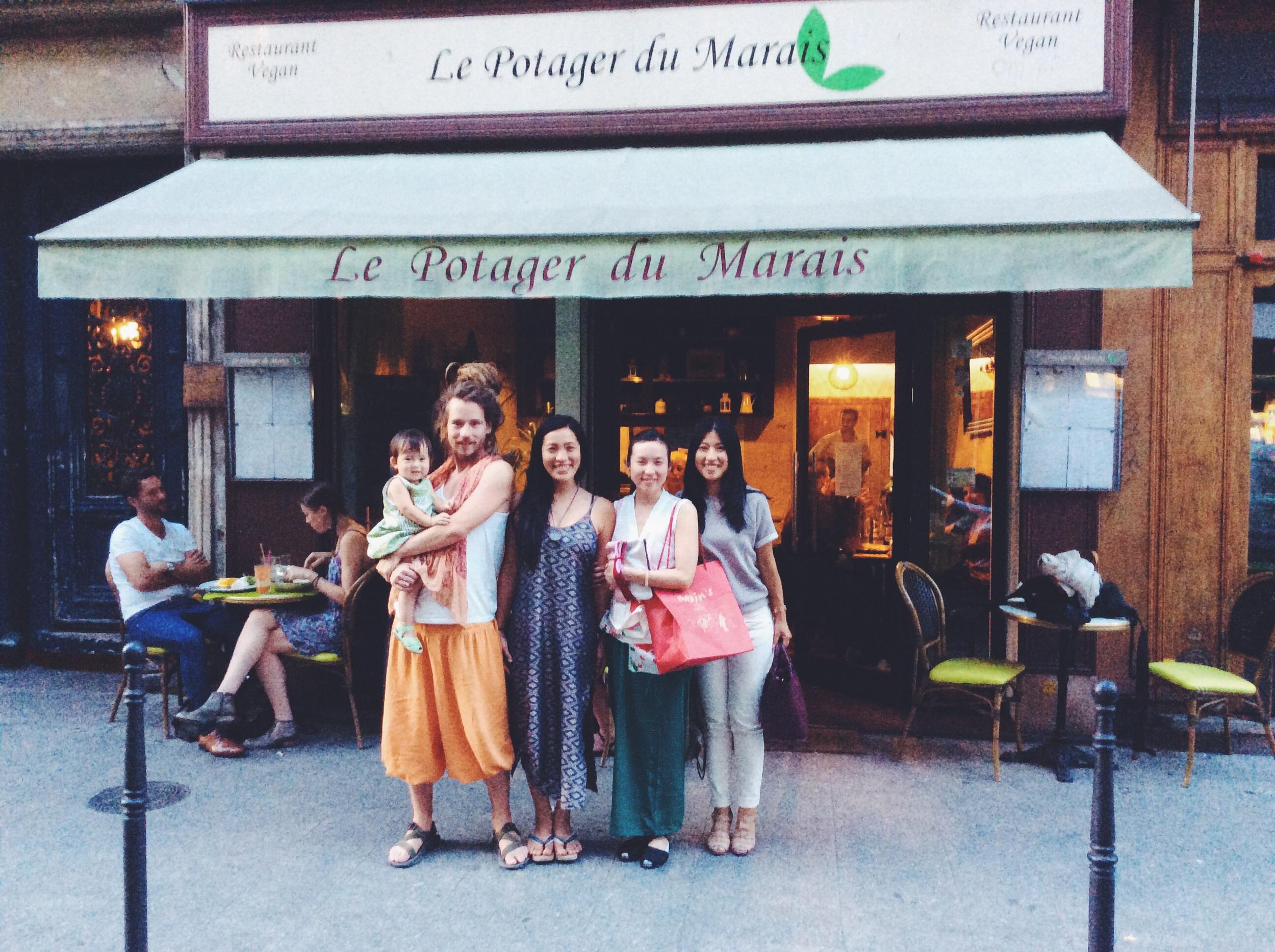 まさかの、パリにてKazuさん、再びりょうこちゃんと再会!  現在パリに留学中のカズさんに、フレンチVeganのありえない美味しさのお店に連れて行ってもらいました。パリで11年続いているお店なだけあって、まさか乳製品一切使わないヴィーガン料理を、バター、チーズなしでここまでフレンチで表現するなんて!さすがフランス人の意地?気合い!すごい!  食を語るならフランスって、なるほど❗️   http://lepotagerdumarais.fr/Potager_du_Marais/Le_Potager_du_Marais.html
