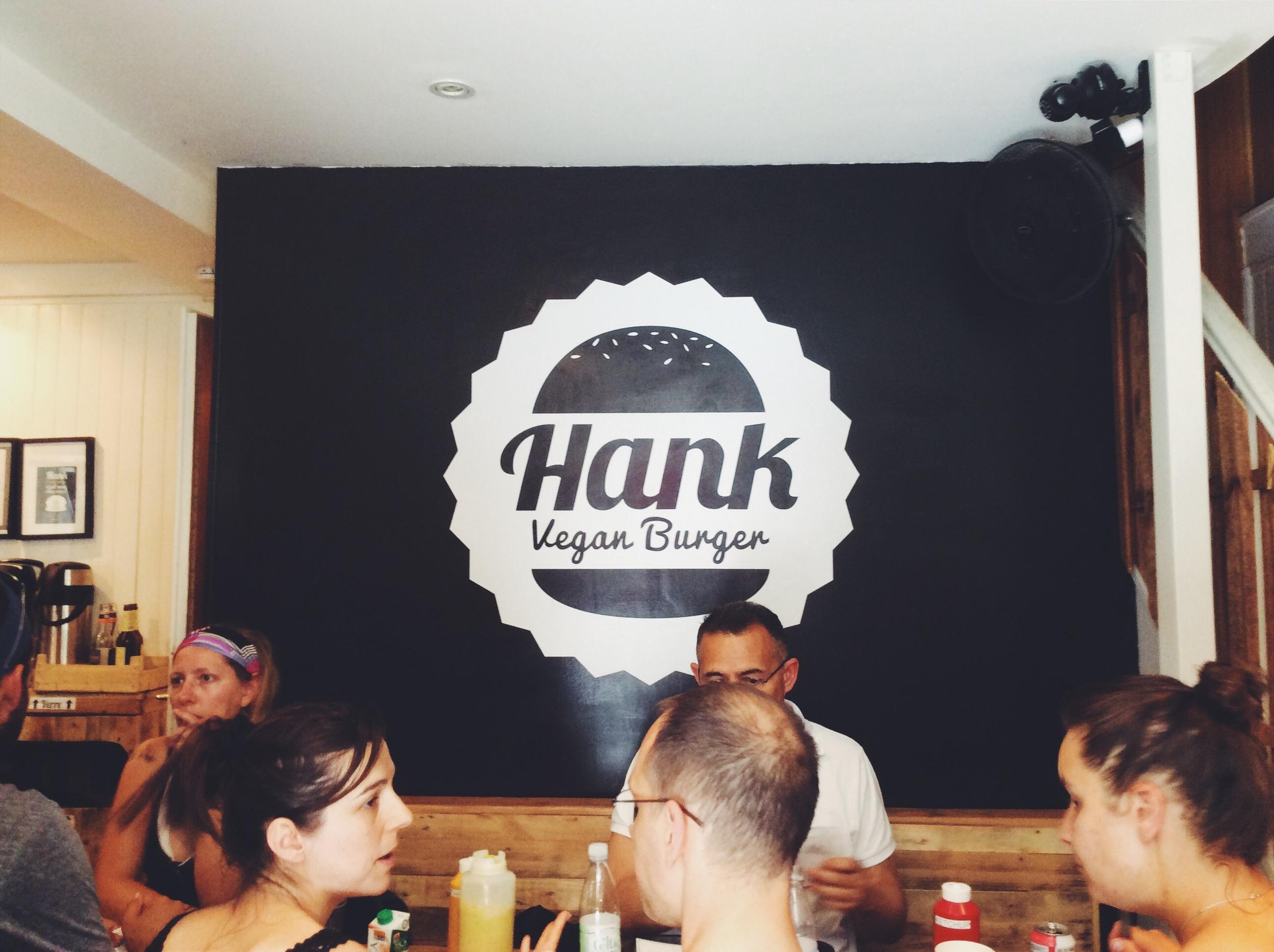 ヨガ後は、 噂のヴィーガンバーガーやさんへ!   実は私あまりハンバーガーというものに興味がなかった(コロッケ食パン派)のですが、このグルメバーガーともいえる出来栄えに感動。しかも材料すべてオーガニック。 http://hankburger.com